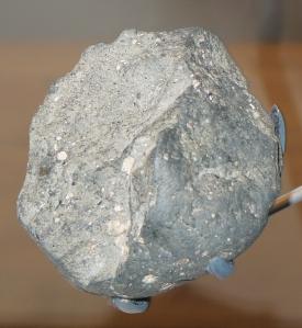 Olduvai_stone_chopping_tool_british_museum